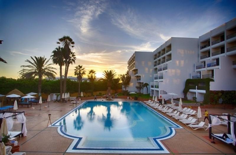 A marokkói Riad stílusban épült, egyszerű, de szépen berendezett gyönyörű kerttel rendelkező szálloda, Agadir városközpontjában, gyönyörűen parkosított övezetben, üzletek, éttermek és bárok közelében, finom homokos óceánparttól mindössze 600 méterre található.