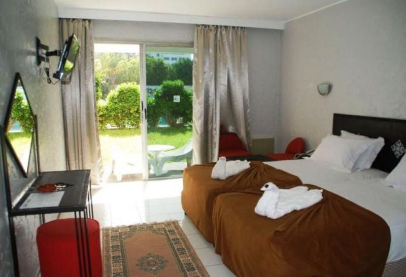 Az Atlanti-óceán partján, az Atlasz-hegység lábánál található Hotel Adrar ideális kiindulópont, ha valaki a Souss Massa régiót szeretné felfedezni. A szálloda mindössze 20 percre fekszik az Agadir repülőtértől. Ugyan nem közvetlenül az óceánparton helyezkedik el, de néhány perces sétával a homokos part könnyedén elérhető, a központ pedig egy 2 km-es távolságra található.