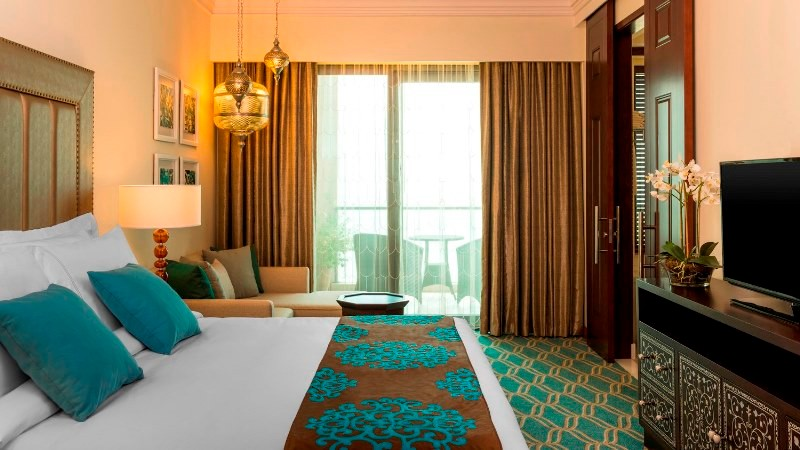 Az Ajman Saray hotel az egyik legkedveltebb 5*-os hotel Ajman púderhomokos tengerpartján. A fehér homokos strandok szépsége és ragyogó napsütés elkápráztatja a vendégeket. Ez az ötcsillagos szálloda tökéletes választás, hogy megszabaduljon a város stresszes atmoszférájától egy pihentető tengerparti üdülés kedvéért. Számtalan szolgáltatásának és kényelmes szobáinak köszönhetően kiváló választás.
