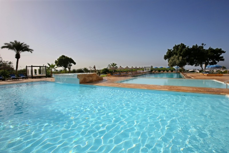 A 2013-ban felújított szálloda Agadir városának turisztikai központjában található, a kikötőtől sétatávolságra a finom homokos tengerparttól pedig mindössze 300 méterre.