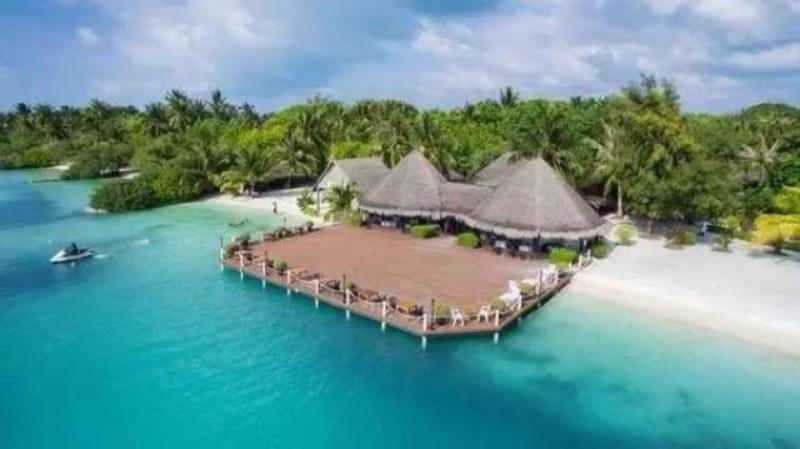 A burjánzó növényzettel rendelkező, kristálytiszta tengerrel és fehérhomokos parttal körülölelt sziget nyugodt pihenést biztosít vendégei számára. A 83 hektáros trópusi kertben elhelyezkedő szálloda felszereltsége miatt a Maldív-szigetek egyik legjobb szálláshelyének számít. Itt felfedezheti a rejtett Paradicsomot ahol a felkelő nap sugarai narancssárgára festik az Indiai-óceán lágy hullámait és kipihenheti a hétköznapok fáradalmait.