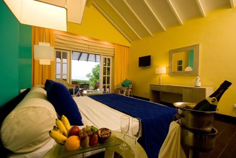 A Ra Atollon elhelyezkedő szigeten két komplexum is helyet kapott. A 3*-os beach villák egyszerű szálláshely az egyik legnépszerűbb a Maldív-szigeteken, az 5*-os presztízs vízi villák pedig az igazi luxust kedvelők számára jelentenek kitűnő választást. Sütkérezhet a napon és magába szívhatja a felejthetetlen trópusi sziget lenyűgöző látványát és dallamát. Tökéletes pihenőhely, ahol megtapasztalhatja az Indiai-óceán varázsát, gyönyörködhet a lábai előtt elterülő kristálytiszta strandokban, és végtelen türkizkék horizontban.