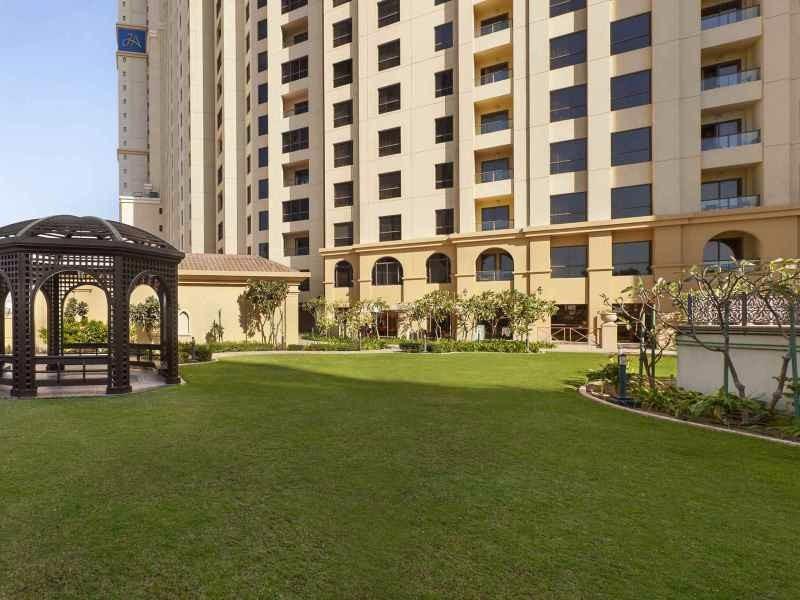 A szálloda kiváló elhelyezkedésének köszönhetően tökéletes választás a város felfedezésére. A hotel Dubai, Jumeirah Beach részén található, ahol számos üzlet, bolt, étterem és bár várja a vendégeket. A tengerparthoz való közelségének köszönhetően pár perc alatt elérhetjük a strandot, este pedig kellemes sétát tehetünk a város egyik legdekoratívabb részén, a The Walk sétányon. A kényelmes hotel számtalan szolgáltatást biztosít vendégeinek. Több szobás apartmanjai pedig családok számára is kifejezetten kényelmes feltöltődést biztosítanak.