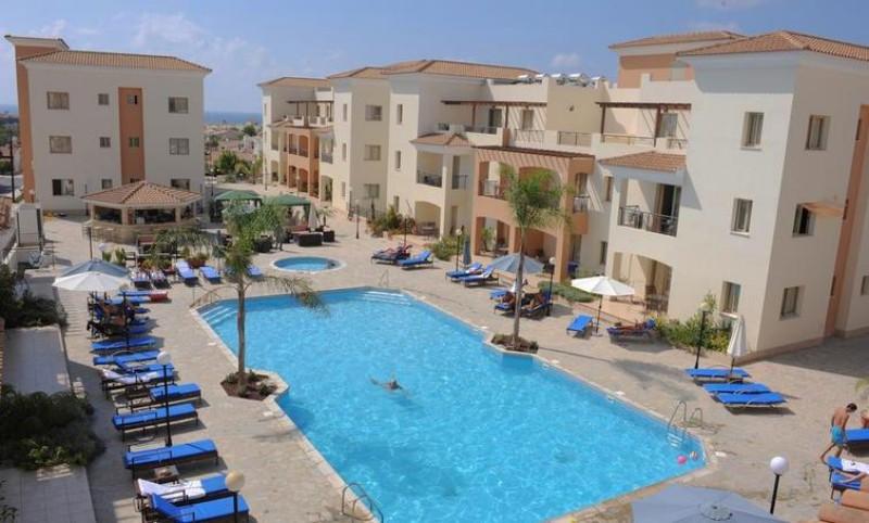 Mivel a szálloda egy domboldalra épült, így a környezet és a kilátás páratlan, a strandtól kb. 15 perces sétára helyezkedik el. Paphos egyik bevásárlóközpontja nagyjából 1,5 km-re található, de számos egyéb kisbolt is sorakozik útközben.
