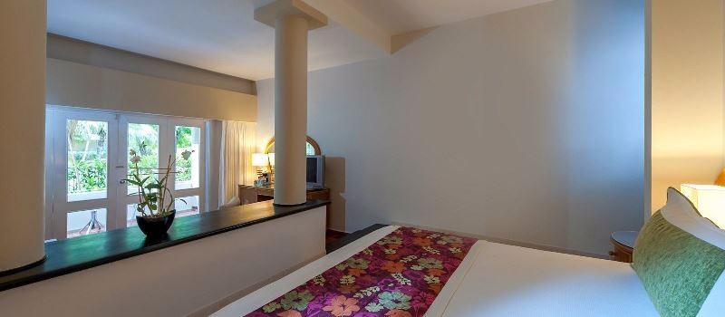 A szálloda közvetlenül a Bavaro beach partszakaszon fekszik, kókuszpálmák és a türkizkék óceán között, Punta Cana repülőtértől fél órás autóútra. Az épületek egy hatalmas trópusi kertben helyezkednek el, a medencék körül. A szálloda magas szintű All Inclusive szolgáltatásai miatt ajánlható nászutas pároknak és családoknak is.