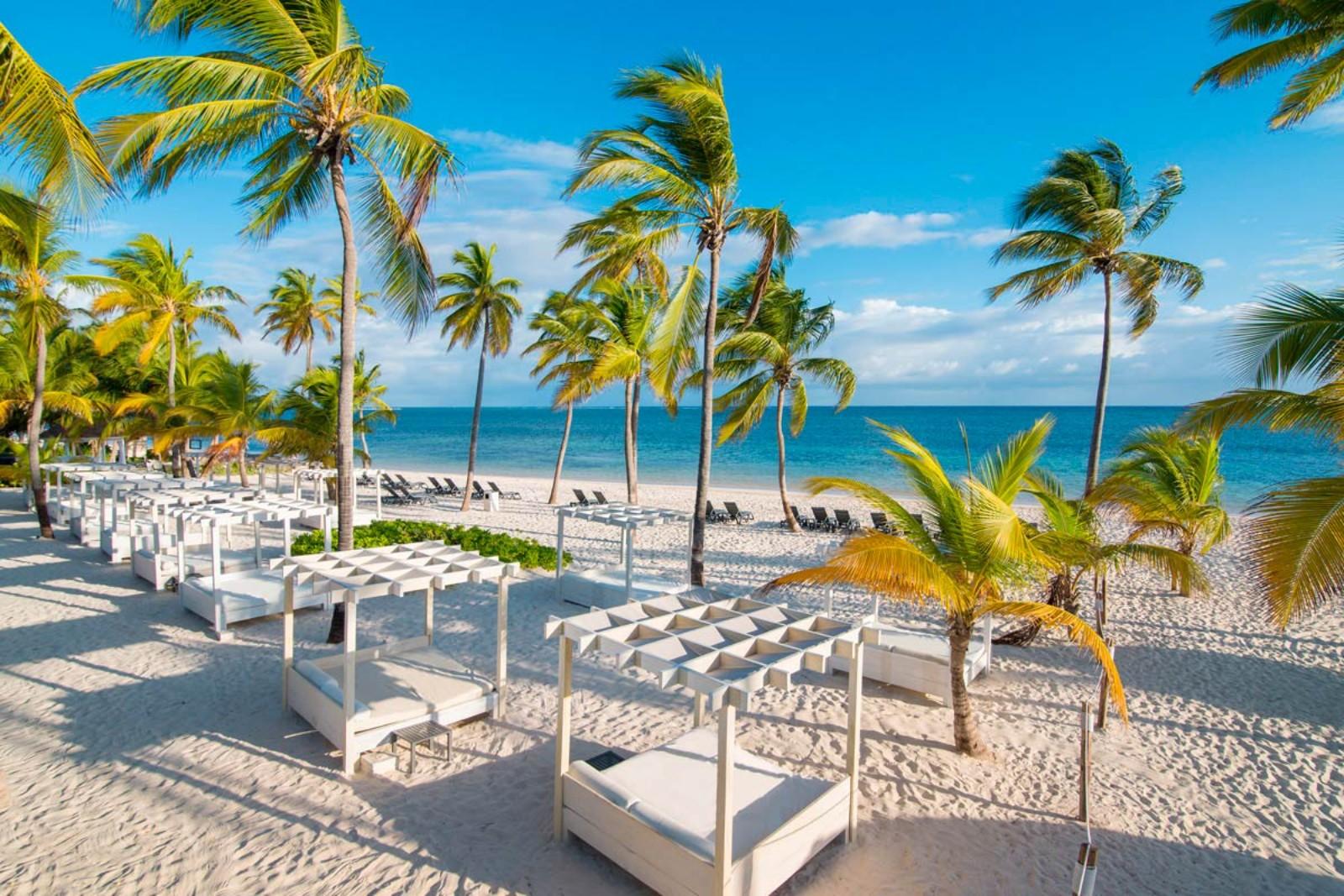 A Catalonia Royal Bavaro szálloda egy luxusparadicsom, mely csak felnőtt vendégeket fogad a karib tenger partján a Bavaro lagúna mellett. A szálloda közvetlenül a Bavaro beach partszakaszon fekszik, kókuszpálmák és a türkizkék óceán között, Punta Cana repülőtértől fél órás autóútra. Az kis villaépületek egy hatalmas trópusi kertben helyezkednek el. A szálloda magas szintű All Inclusive szolgáltatásai miatt nászutas pároknak és a legmagasabb luxust keresőknek ajánlott.