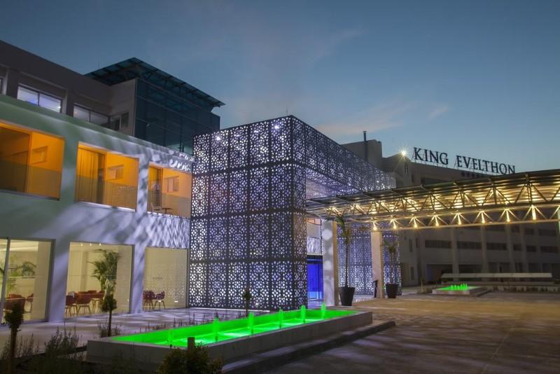 A szálloda a repterétől nagyjából 40 perces transzfertávolságra, nyugodt környezetben, Paphos központjától kicsit távolabb helyezkedik el. A hotel medencés kertjének végében húzódik a tengerpart.