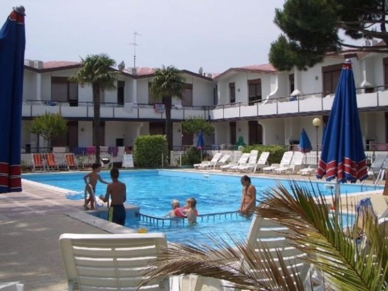 Egyszerűbb 2 szintes épületekből álló apartmanegyüttes kb. 450 m-re a parttól és kb 5 km-re Lido di Jesolo városától. Az apartmanegyüttes június közepétől szeptember közepéig gyermek  és felnőtt medencével várja az ideutazókat.