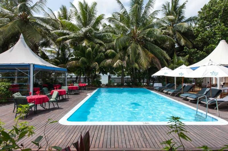 A családias hangulatú kis szálloda összesen 12 szobával rendelkezik. Praslin sziget keleti részén található, Grand Anse kedvelt strandján, ami a sziget leghosszabb strandja. A kedvező széljárásnak köszönhetően a víz nagyrészt nyugodt, ezért kiváló snorkellingezésre, úszásra és vízi sportolásra. Közel van Grand Anse faluhoz, ahol több étterem és bolt áll rendelkezésre. A modern, creole stílusban kialakított szobák kiválóak a nyugodt pihenésre.