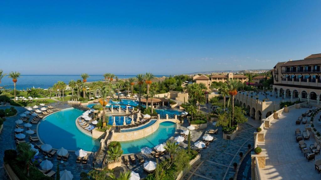A hotel a sziget nyugati csücskében, az egyik legkülönlegesebb ciprusi városnak, Paphos belvárosának szívében fekszik, a Királysírok történelmi jelentőségű emlékhelye mellett, közvetlenül a kavicsos, homokos tengerparton.