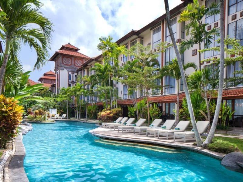 A szálloda Bali szigetének dél-nyugati oldalán, Sanur településen található. Elhelyezkedésének köszönhetően minden egy karnyújtásnyira van csupán: Bali kulturális központja, Ubud háromnegyed óra alatt elérhető, a település bevásároló központja alig 5 perc alatt elérhető, a strand pedig mindössze 4 perc sétával elérhető. A trópusi kerttel körbeölelt szálloda nagyszerű választás a pihenni vágyóknak és az aktív kikapcsolódást kedvelők számára is.