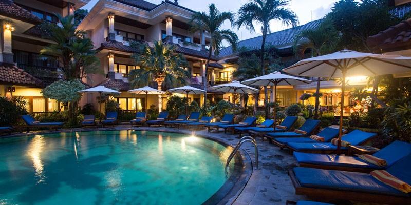 A hangulatos szálloda Sanur központjában helyezkedik el mindössze 5 perc sétára a strandtól. A kisméretű, otthonos szálloda berendezésében keveredik a Balinéz stílus és a nyugati kényelem, melyekhez magas színvonalú szolgáltatások társulnak.  Frissüljön fel a medence mellett, gyönyörködjön a Nusa Pendia-sziget mögötti napfelkeltében, látogassa meg a környék nevezetességeit vagy kiránduljon a környéken. Ez a szálloda nagyszerű választás minden korosztály számára.