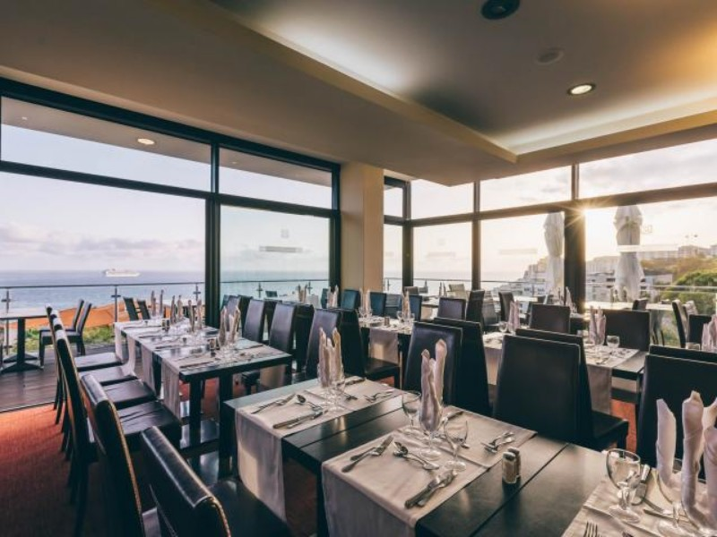 Domboldalra épült, üzletek, éttermek, kávézók által ölelt szálloda. Erkélyükről csodás kilátás nyílik a környező hegyekre vagy a tengerre.