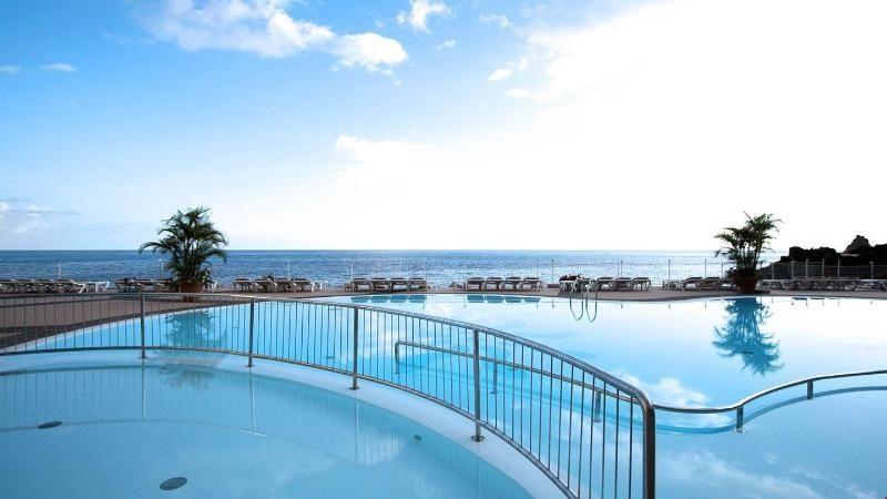 A szállodából közvetlen kijárás nyílik az Atlanti-óceánhoz. Funchal városközpontja kb. 20 perces sétával érhető el.
