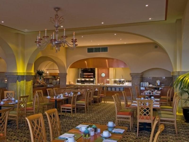 A luxus hotel közvetlen kijárással az óceánpartra, Funchal belvárosától mindössze 10 percnyi távolságra.