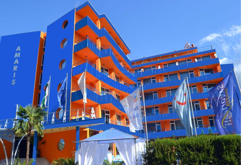 A Hotel Amaris egy hangulatos, gondozott parkkal körülvett, stílusos szálláshely Napospart középső részén kb. 300 méterre a tengerparttól. A szálloda közvetlenül a főút mellett található, kb. 200 méterre a buszmegállótól. Számtalan étterem, bár, és szórakozási lehetőség közül választhatnak az ide látogatók.