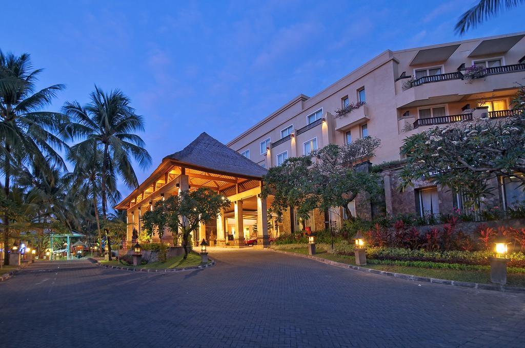 A Kuta pezsgő központjában található, 4 csillagos színvonalú szálloda tökéletes elhelyezkedésének köszönhetően a legjobb választás mindenkinek, aki Balin tölti a vakációját, hiszen sétatávolságra található több bevásárlóközpont, strand, és bár is.