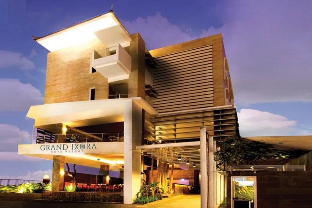 A modern berendezésű négycsillagos szálloda 15 percre fekszik a strandtól. Elhelyezkedésének köszönhetően nagyszerű pihenési lehetőséget biztosít mindazok számára akik  szeretnének elszakadni a hétköznapok zajától, nyüzsgésétől és egy felejthetetlen nyaralást eltölteni az Istenek szigetén, Kuta szívében.