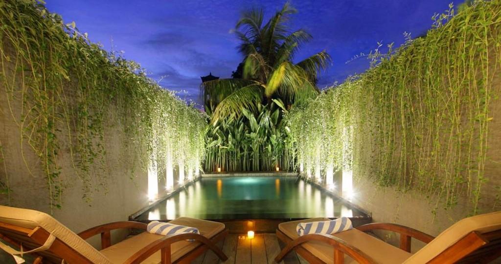 A Bali egyik legrégebbi és legelőkelőbb turisztikai célpontjának szívében található szálloda nem csak szemet gyönyörködtető, kialakításával, de magas színvonalú szolgáltatásaival is hozzájárul az ide utazók kényelméhez és tökéletes kikapcsolódásához. A legközelebbi strand csupán 5 perc sétára, vásárlási lehetőségek pedig már 100m-re találhatóak, a nemzetközi repülőtér 30 perc autóútra fekszik.