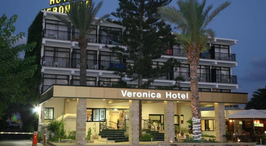 Paphoson, a városközpont közelében található több épületből álló, népszerű száznegyvenhárom szobás szálloda. A tengerpart ötszáz méterre, a legközelebbi homokos-aprókavicsos strand hétszáz méterre található a szállodától. Környékén éttermek, bárok, üzletek és szórakozási lehetőségek sokasága található.