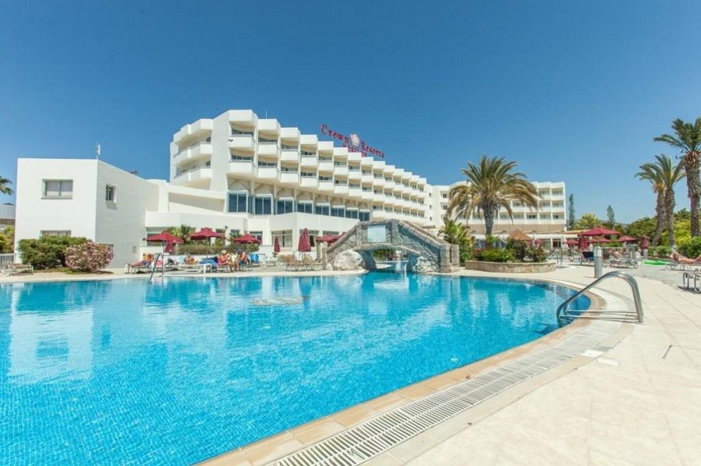 Paphos vonzáskörzetében, a Coral Bay-en, az üdülőövezet központjának közvetlen közelében található, hatalmas mediterrán kerttel rendelkező, a homokos tengerparttól mindösszesen 500 m-re épült, igen népszerű szálloda. A térség egyik legszebb strandja a szálloda közelében pár perc sétára található. Paphos városközpontja kb. 15 km-re fekszik.