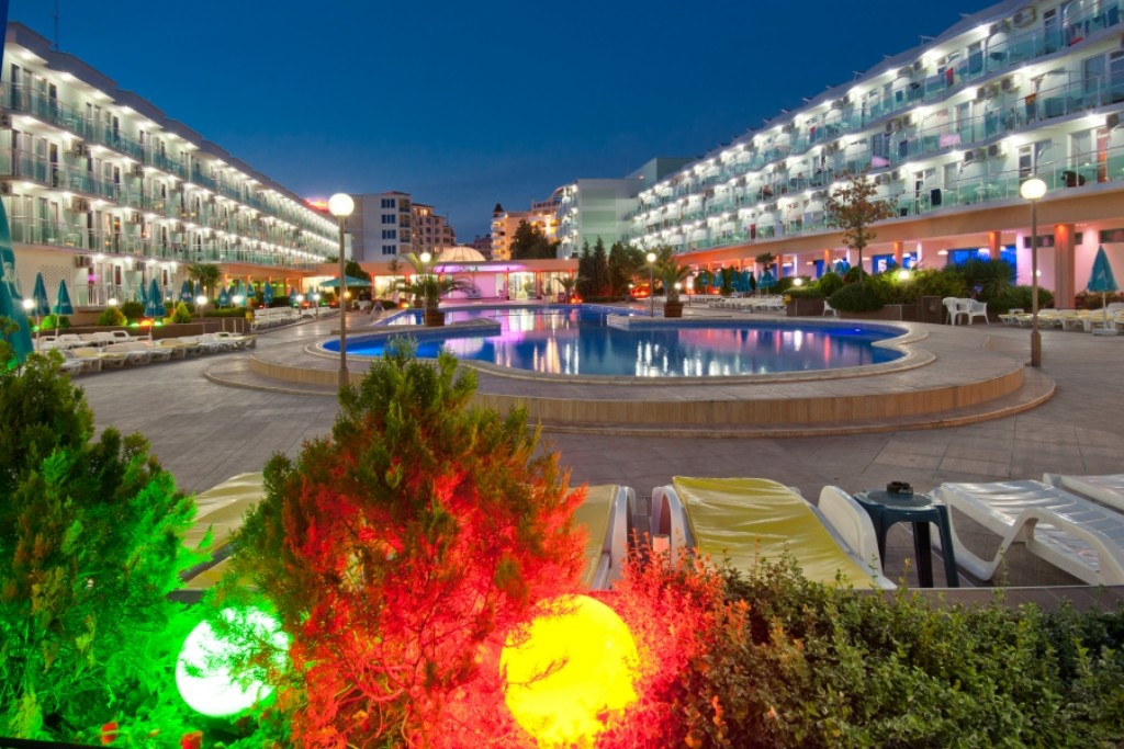 A szálloda Napospart déli részén helyezkedik el, a központtól kb. 3 km-re, a strandtól pedig mindössze 250 méterre Nesszebár óvárosa alig 1,5 km-re található. Mindkét irányban könnyel eljuthatnak autóbusszal vagy dottóval.