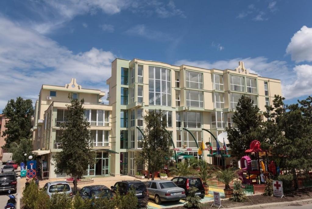 A három csillagos szálloda Napospart északi részén, a Sunny Beach Luna Park és az Action Aquapark közelében várja vendégeit. Napospart központja 20 perces könnyed sétával elérhető. Útközben hangulatos éttermek, kávézók és kisboltok várják az idelátogatókat.