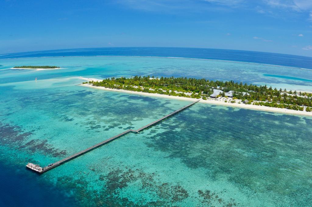 A szálláshely a Dél-Male Atoll-on található 45 perces gyorshajó útra a Male repülőtértől. A sziget nagy lagúnájában számtalan vízi sport kipróbálható, a hófehér homokos strandok pedig nagyszerű színtere egy nyugodt pihenésnek.