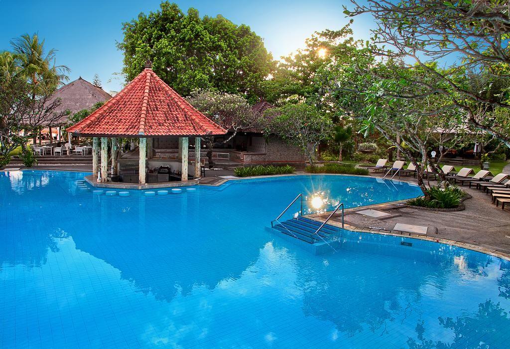 A szálloda Nusa Duán található, privát strandja nagyszerű helyszínt biztosít egy felejthetetlen nyaralás eltöltésére. A  Balinéz stílusú épület tökéletes egyensúlyban van a modern berendezéssel így teremtve megnyugtató hangulatot a vendégek számára. A wellnesz központ feltöltődést biztosít a testnek és szellemnek egyaránt. A szálloda nagyszerű választás családok, kisebb baráti társaságoknak.