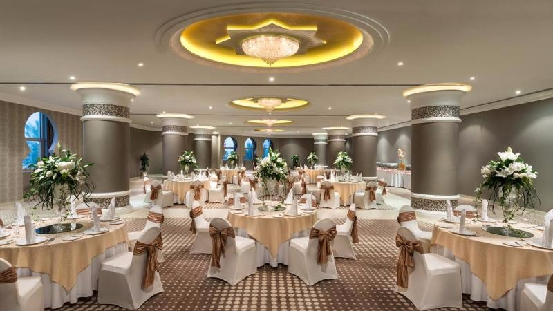 Az 5*-os Hotel Ajman tökéletes kikapcsolódási lehetőséget biztosít Perzsa-öbölre nyíló varázslatos kilátásával, és idilli fehér homokos strandjával. Vessen egy pillantást a luxus szobákra és lakosztályokra, az éttermek és bárok széles választékára, valamint a gyógy- és fitneszközpontra, melyek mindegyike kielégíti a személyre szabott igényeket, legyen szó akár üzleti vagy szórakozási lehetőségekről.