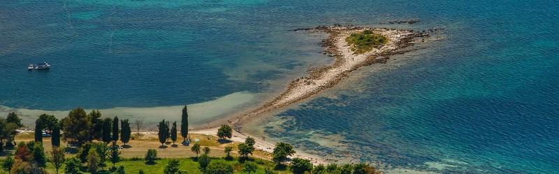 A Polynesia*** Üdülőtelep a tengerpart közelében található, 4 km távolságra Umag belvárosától. A mediterrán környezettel és kristálytiszta tengerrel határolt terület számos kikapcsolódási lehetőséget biztosít, akárcsak túrázást a természetben vagy fürdőzést Umag városának legnagyobb medencéjében.  Nem csupán családbarát helyszín, de egy lélegzetelállítóan szép tengerparti séta során a város történelmi központja is könnyedén megközelíthető.