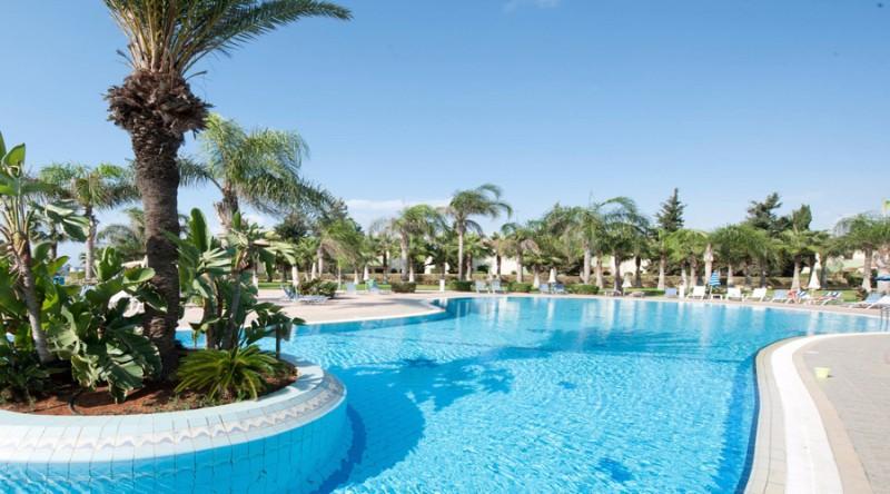 A szálloda egy nagyon szép egzotikus növényekkel körülvett kertben található, Ayia Napa központjától rövid sétára. Larnaca repülőtértől 43 km-távolságra. Kitűnő választás párok és családok részére.