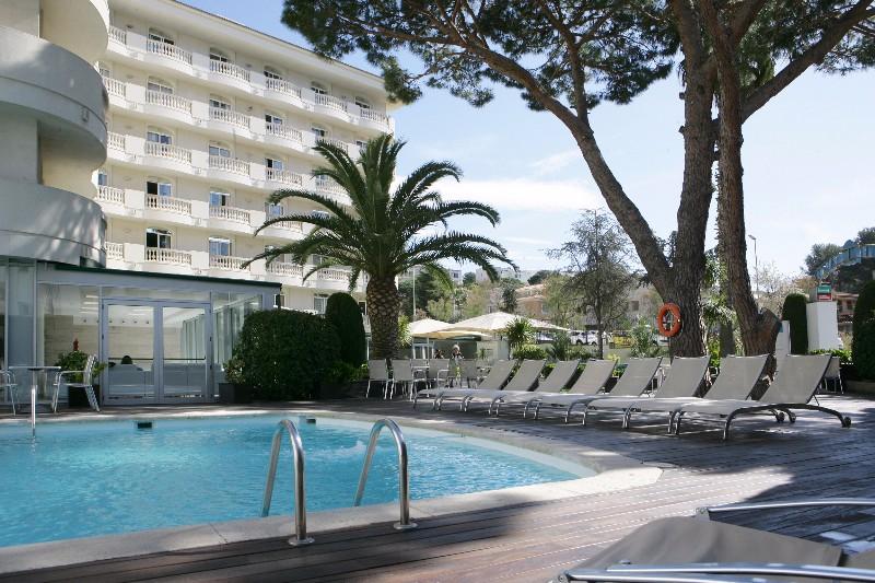A szálloda Lloret de Mar csendesebb részén épült, a nyugodt pihenés kedvelői számára jelent ideális választást. Kiváló kiindulópont a környék felfedezésére. A tengerpert egy rövid sétával könnyen elérhető. A szálloda 2016-ig Savoy Beach Club néven működött