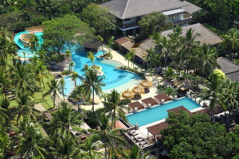 A fényűző szobákat, ízletes ételeket, wellness terápiákat és érintetlen strandokat Bali gyönyörű természetével, zenéjével, táncával és kultúrájával kombinálva a Bali Mandira Resort garantáltan csodálatos élményben részesíti vendégeit. A szálloda sétatávolságra található a nagyszerű bevásárló lehetőségeiről, tradicionális piacairól, éttermeiről és beach clubjairól ismert Seminyaktól és Legian központjától egyaránt.