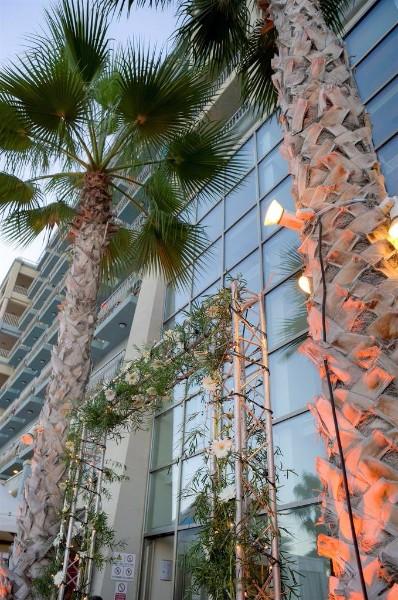 A Cavalieri Art Hotel Málta egy csendes és különleges részén helyezkedik el, gyönyörű kilátással a  St. Julian's Bay-re. St. Julian's a sziget egyik legkedveltebb része az ide utazók körében, számos kikapcsolódási lehetőséget kínál és az éjszakai élet is egyfolytában pezseg. A szállodából kilépve számos bár, étterem és vásárlási lehetőség  fogadja a vendégeket. Az itt megszálló vendégeket tehát remek lehetőségük nyílik arra, hogy megismerkedjenek Máltával és a sziget valódi arcával.