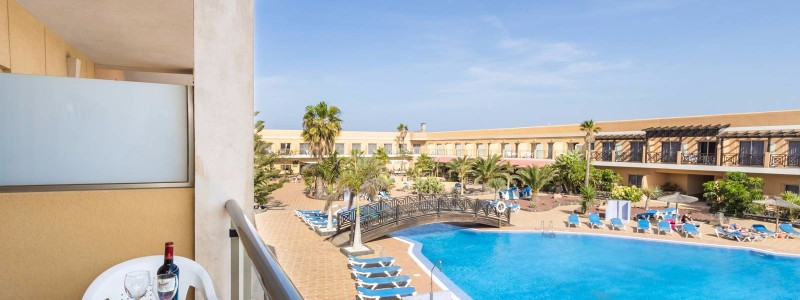 A Hotel Cotillo várja pihenésre, feltöltődésre és szórakozásra vágyó vendégeit.  A hotel a tengerpart közelében, a tengertől mindössze 250 méterre helyezkedik el, így a vendégek könnyen megközelíthetik, ha éppen a tengerparton szeretnék tölteni a napot.