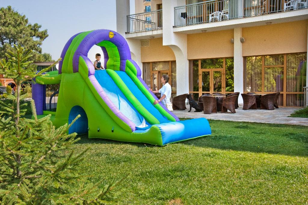 A homokdűnékkel körülvett szálloda közvetlen tengerparti elhelyezkedésű, Napospart központja kb. 500 métere található ahol számtalan étterem, kávézó és szórakozóhely várja a vendégeket.