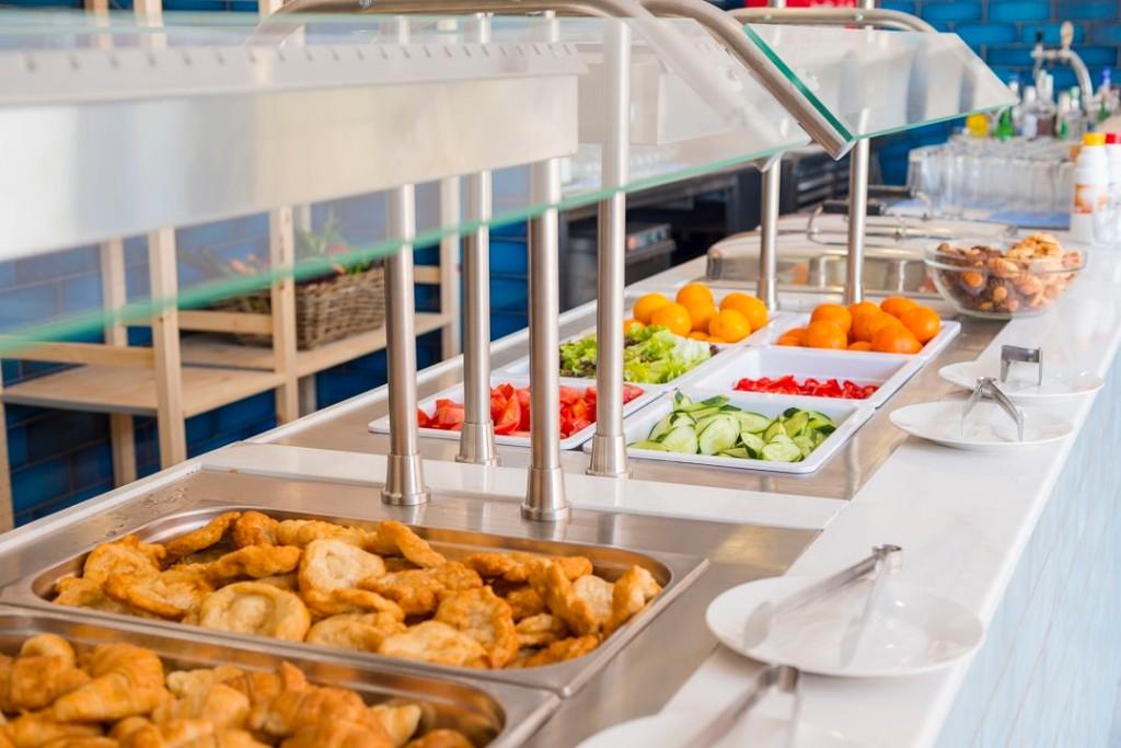 A 2016-ban felújított modern felső középkategóriás szálloda Napospart déli részén, Nesszebártól 1 km-re, Buragsz repülőterétől pedig 35 km-re található. A népszerű Cacao Beachtől kb. 300 méter választja el.  A közelben számtalan étterem, bár és egyéb szórakozási lehetőség várja a vendégeket, a strandon pedig a vízisport szerelmesi is megtalálják számításaikat.