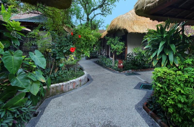 A luxus minőségű boutique hotel Legian legendás, gyönyörű strandjánál fekszik. A tradicionális balinéz stílusban berendezett szálloda minden szobája különböző bájos karakterrel rendelkezik, mely nyugodt pihenést garantál minden vendége számára. A Resort büszke arra, hogy egyike a Balin található többszörösen díjnyertes környezetbarát szállodáinak.