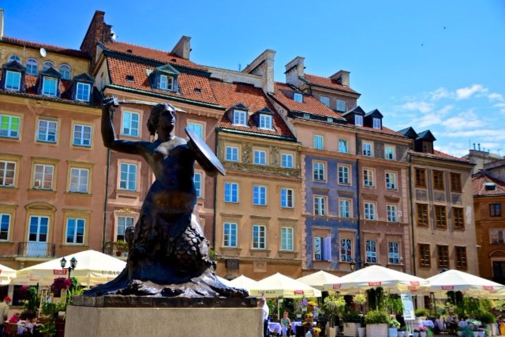 3 napos városnézés Varsóban ** egyénileg: A lengyel főváros sokkal több izgalmat és érdekességet rejt magában, mint azt gondolnánk, így meglátogatása mindenképpen nagyszerű ötlet. A néhány napos barangolás alatt lehetőségünk adódik magunkba szívni az építészeti stílusok kavarodásának báját, a parkok üde zöldjét, a kávézók és éttermek gasztronómiai csodáit. Meglátogathatjuk az Elnöki Palotát, a Chopin szalont, a Szent Anna templomot, a Lazienki parkot és palotát, evezhetünk a város valamely taván, vagy csak egyszerűen céltalanul sétálgathatunk az Óváros utcáin. A várost és az élményeket a helyiek túláradó vendégszeretete és kedvessége varázsolja feledhetetlenné.