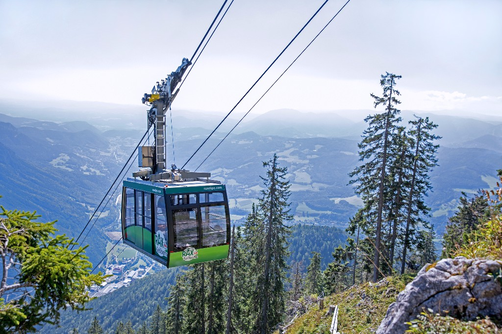 A legközelebbi ausztriai 2000 méteres csúcs fantasztikus gerinctúrával, és pazar panorámával várja a kihívást kedvelőket. Csodálatos környezetben túrázva járjuk be a Rax fennsíkot, érintjük menedékházait, a csúcsról pedig páratlan a rálátás a környező hegyekre. 1 nap 3 csúcs! Ha szeretnél egy izgalmas szép napot pazar alpesi környezetben, tarts velünk!