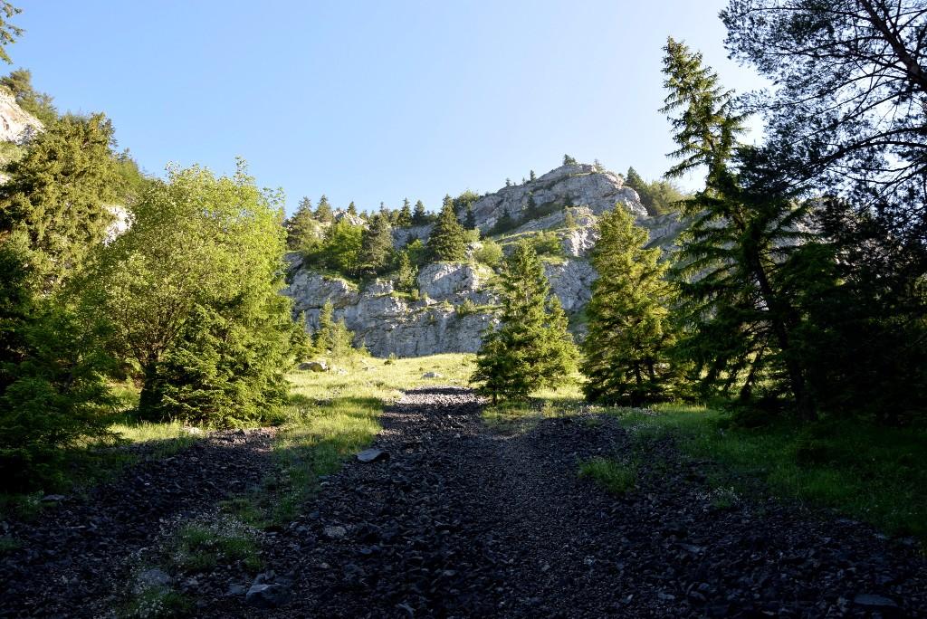 A Tátrák és Fátrák árnyékában megbújó Kócs-hegységnek a híre is alig jut el kis hazánkba, pedig kis területe és közepes magassága ellenére bővelkedik látványos túralehetőségekben. A hegycsoport az Árva és a Vág völgye közé szorulva Szlovákia középső részén található. Ezen a túrán a hegység legmagasabb csúcsát, a Felvidék ismertebb hegységeibe vezető útjaink során sokszor megcsodált Nagy-Kócsot (1608 m) másszuk meg.