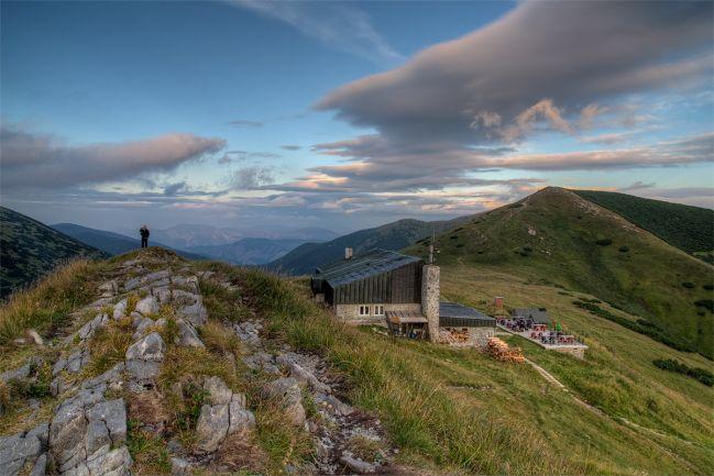 Egynapos túrára hívjuk az érdeklődőket az Alacsony-Tátra főgerincére, annak talán legszebb, legmagasabb részére. Túránk során megmásszuk a hegység legmagasabb csúcsait, meglátogatjuk legismertebb menedékházait, az alapvetően gyephavas jellegű, de ezen a részen inkább sziklás, hullámzó főgerincen túrázva járjuk be Szlovákia harmadik legmagasabb hegysége, az Alacsony-Tátra főgerincének egyik legvonzóbb, a Magas-Tátra magashegyi részére leginkább hasonlító szakaszát. Aki szereti a Tátra sziklavilágát, és nem jelent számára nehézséget egy jelentős szintkülönbségű csúcstúra, annak itt a helye!