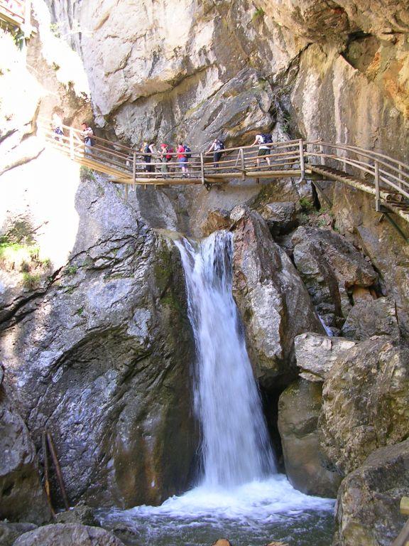 169 fahíd, 2900 lépcsőfok, a pallók alatt dübörgő víztömeg, zuhatagok, zúgók. Ausztria egyik legnagyobb szurdokvölgyében a Medve-szurdokban túrázunk egy gyönyörű alpesi túrával megfűszerezve.