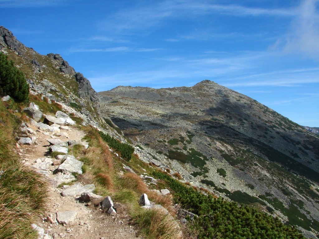 A Magas-Tátra korábban már meghódított hét csúcsa után egy, a közelmúltban jelzésekkel ellátott csúcsra hívjuk a tátrai túrák kedvelőit. A nyolcadik, turisták által elérhető népszerű kilátócsúcsról szép kilátás tárul elénk a Zöld-tavi-völgyre és mellékvölgyeire, valamint a völgyeket övező hegycsúcsokra, pl. a korábbi túránkon már meghódított Fehér-tavi-csúcsra, valamint ettől keletre a Bélai-Tátra mészkőgerincére. A Késmárki-Zöld-tótól a Nagy-Fehér-tóig bezárólag ugyancsak jól láthatóak innen az ezekben a völgyekben megbúvó kisebb-nagyobb tavak, tengerszemek.