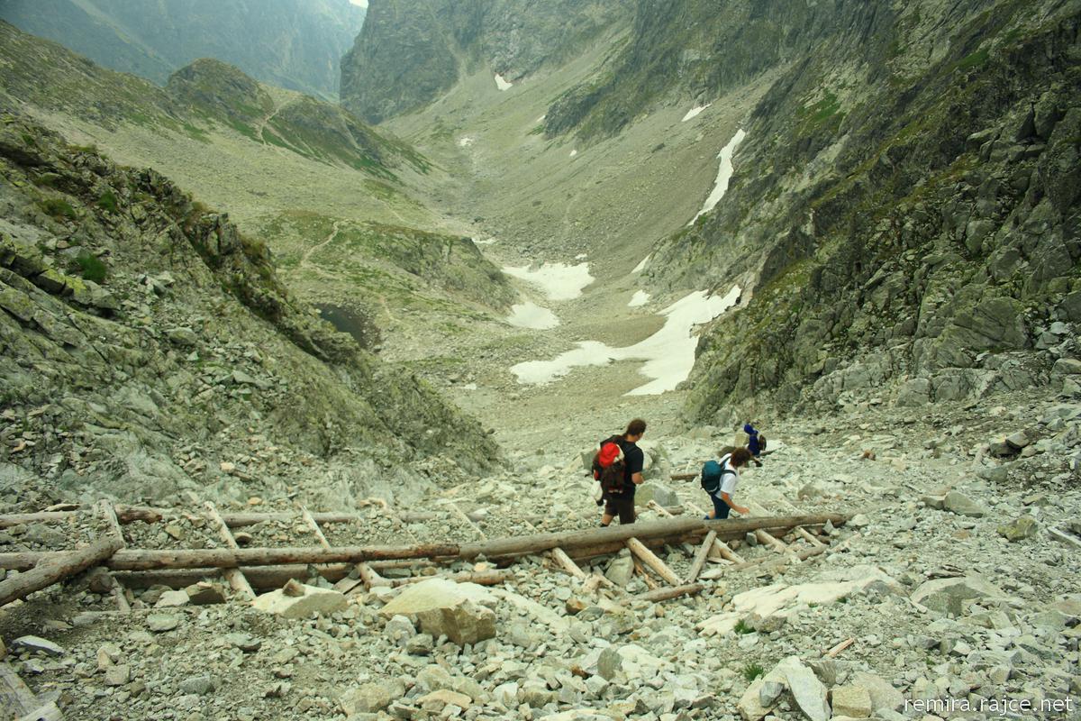 A Magas-Tátra legszebb, legfontosabb hágóit bejáró túrasorozatunk második állomása a hegység legmagasabb, turistaúton elérhető hágója, a Kis-Tarpataki-völgy felső részén fekvő Kis-Nyereg-hágó. Igényes és táji szépségekben bővelkedő túra a Magas-Tátra vadregényes sziklatömbjei között, melynek során belekóstolunk a magashegyi túrázás minden szépségébe. Ha teljesíted a túrát, garantáltan felejthetetlen élményekben lesz részed.