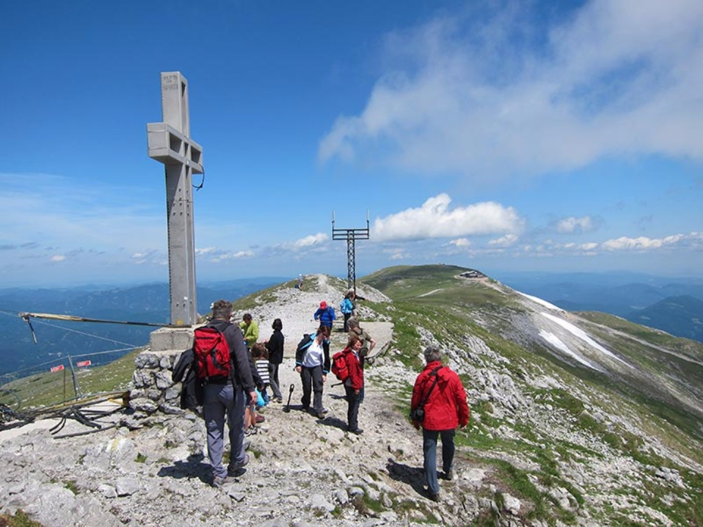 Ausztria e közeli ismert csúcsa nem csak a nagy kihívásokat kedvelők számára elérhető. Ezt az utunkat azoknak állítottuk össze akik szeretnék megismerni a nagy hegyek varázsát, állni a csúcskeresztnél, gyönyörködni a fantasztikus panorámában. Egy igazán szép kirándulás akár családoknak, baráti társaságoknak is.Kezdőknek is ajánljuk!