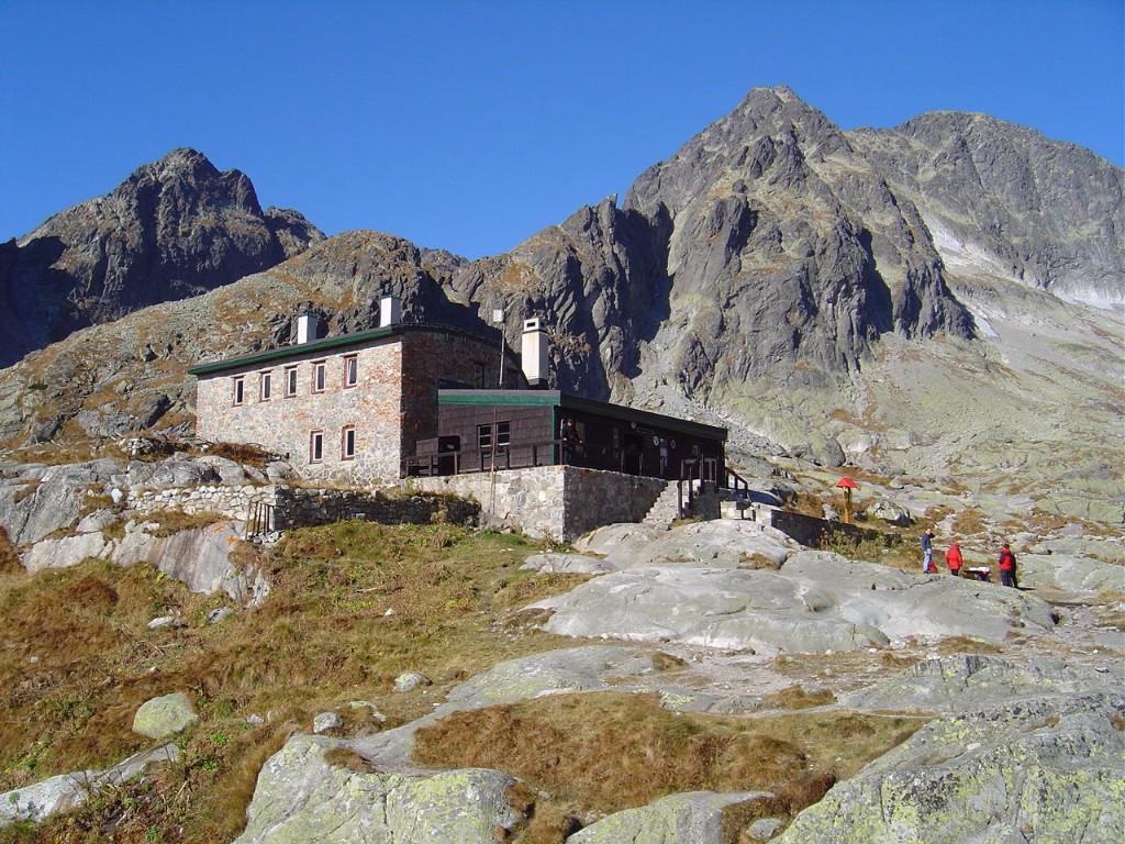 A Magas-Tátra legmagasabban, 2015 méter tengerszint feletti magasságban fekvő, egész éven át nyitva tartó menedékházába, a dr. Téry Ödön által megálmodott Téry-menedékházba hívjuk a tátrai túrák szerelmeseit. Kényelmes völgytúra a Kis-Tarpataki-völgyben, egy nagyobb majd egy kisebb kaptató, és máris megérkezünk a Szepesi-Öt-tónak helyt adó Öt-tavi-katlanba, ahol a kisebb-nagyobb tengerszemeket egymástól elválasztó fennsíkon áll az 1899-ben megnyitott hangulatos menedékház.