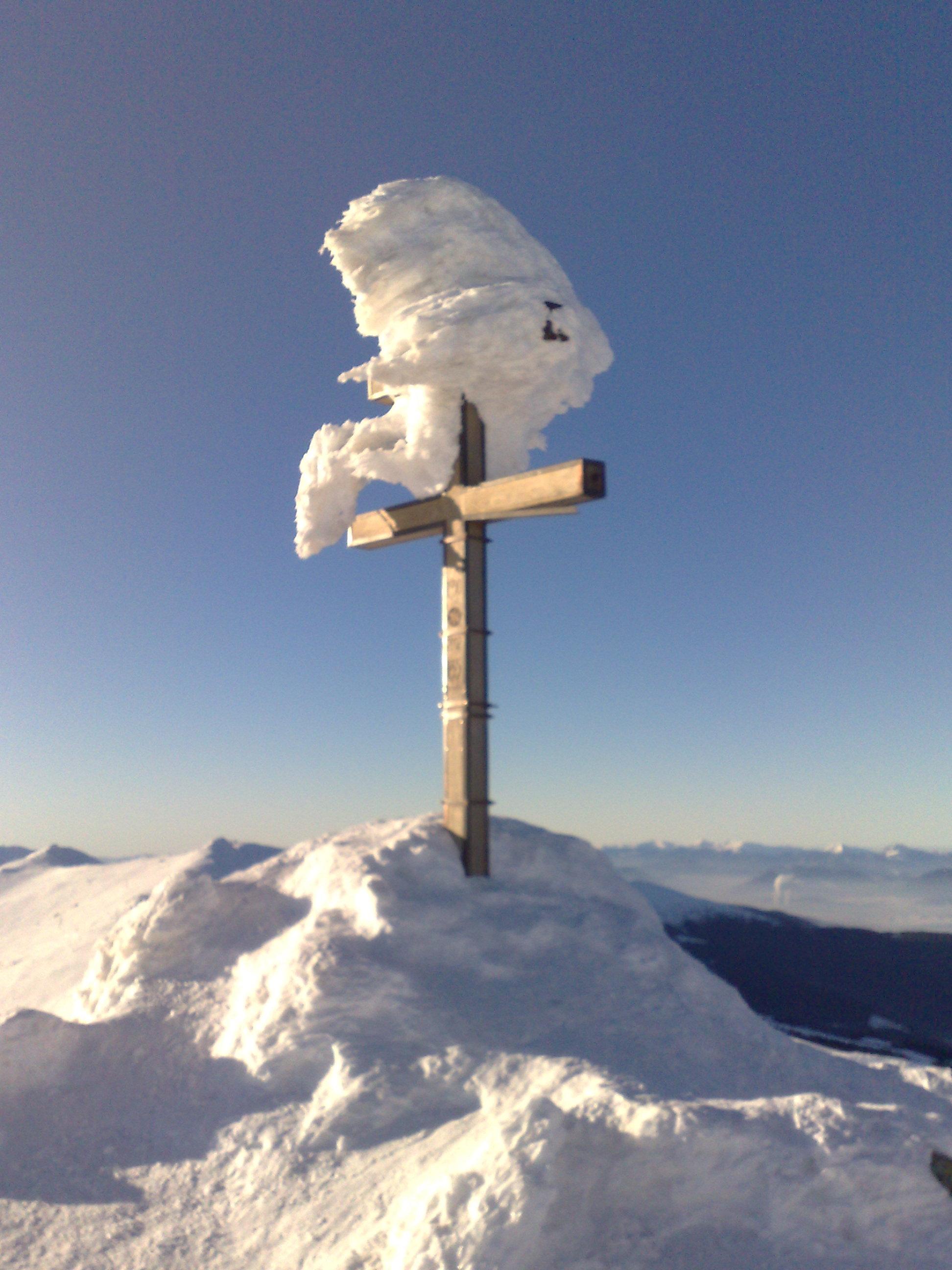 Tarts velünk és hódítsuk meg hótalppal az Alacsony-Tátra legmagasabb csúcsait. A Chopokról és a Gyömbérről páratlan panoráma tárul elénk, a gerinctúra során végig a Magas-Tátra hegyvonulatában gyönyörködhetünk. A csúcsról lefelé útba ejtjük a hangulatos Štefánik menedékházat, hogy elszürcsölhetünk egy forró teát vagy egy finom káposztalevest.  A hótalp olyan téli felszerelés, amely nagy hóban megkönnyíti teszi a mozgást, bármilyen bakancsra rögzíthető és használata mindenki számára rövid idő alatt elsajátítható.
