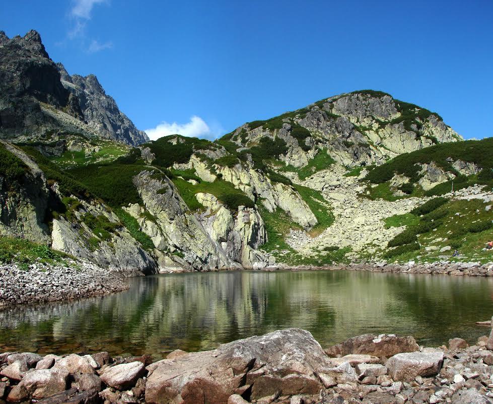 A Magas-Tátra legszebb hágóit bejáró túrasorozatunk következő túráján egy túranapon egymás után két fontos hágón is átkelünk. A Nagy-Tarpataki-völgyből először a Rovátkára kapaszkodunk fel, majd a Poduplaszki-völgy felé vezető láncos ereszkedés után újabb hágó, a Felkai-völgybe vezető Lengyel-nyereg következik. Felkészült turistáknak ajánlott, igényes és szép körtúra a Magas-Tátra központi völgyeiben, regényes fekvésű tavak között, melynek során láncos a Rovátkáról egy láncokkal biztosított sziklafalon leereszkedve kóstolhatunk bele a magashegyi hágótúrák nehézségeibe. Aki túrázott már a Tátra láncos útjain, annak itt a helye!